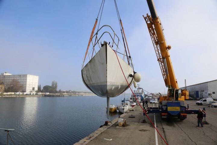 sortie de l'eau du voilier mor bihan à port saint louis du rhône